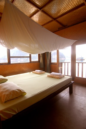 A standard double room on a houseboat in Lake Khao Laem